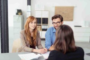 Junges Paar lässt sich zum Thema Pflichtteilsanspruch beraten