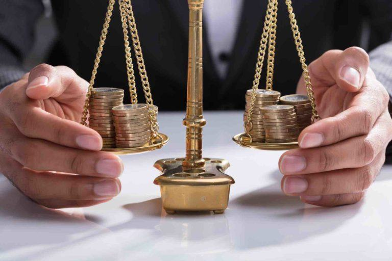 Geldwaage symbolisiert den Pflichtteilsergänzungsanspruchs bei Schenkungen vor dem Erbfall
