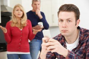Eltern ärgern sich über erwachsenen Sohn