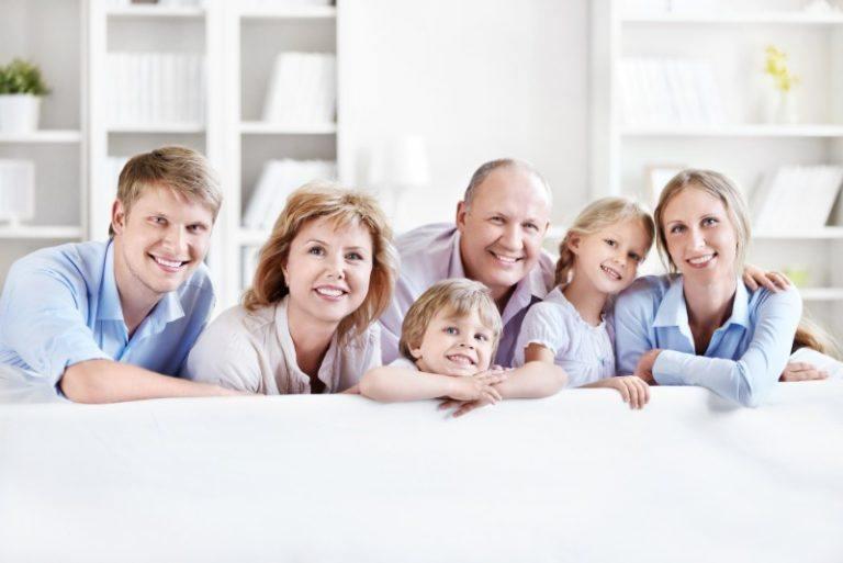 Familie Generationen auf Couch
