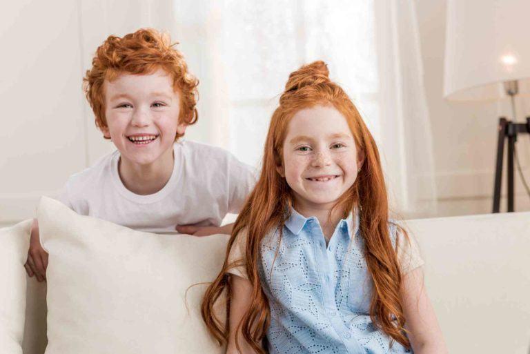 zwei Kinder auf der Sofa