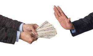 Hand lehnt Geldscheine ab