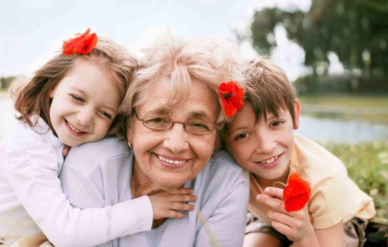 Großmutter mit zwei Enkelkinder