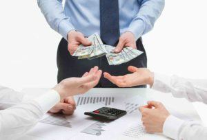 Mann teilt Geld auf zwei Personen aus.