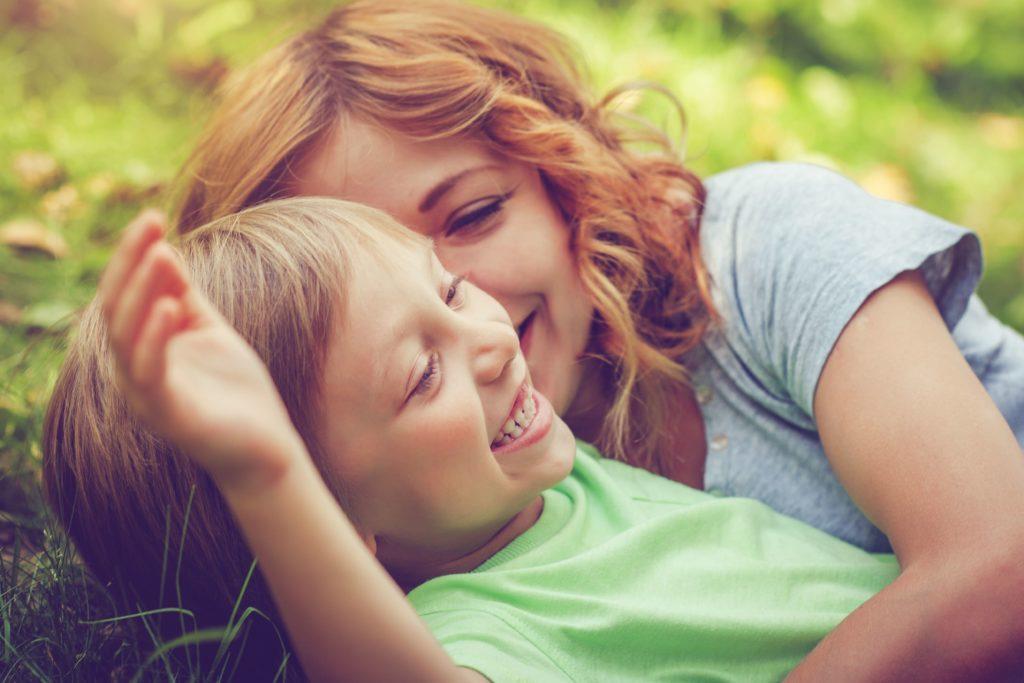 Mutter und Sohn beim Spielen