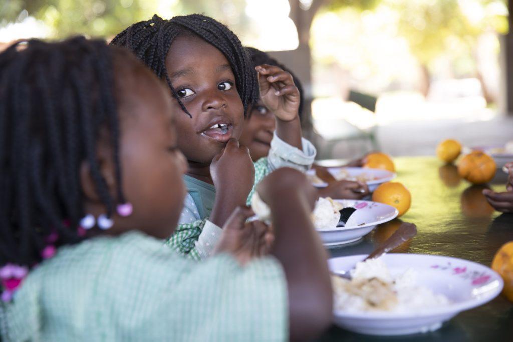 Afrikanische Kinder beim Essen