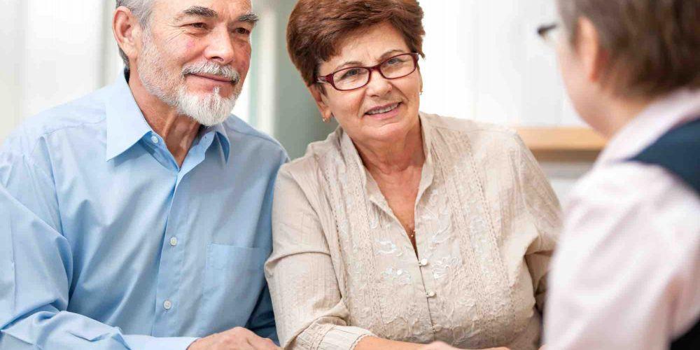 Ehepaar spricht mit Anwalt über Berliner Testament