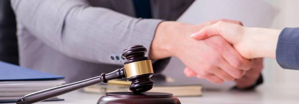 Handschlag von Anwalt und Mandant