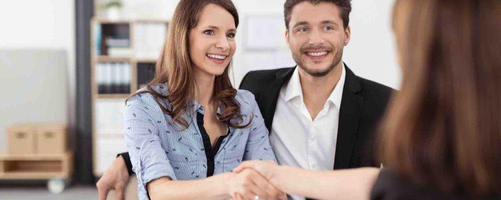 Ehepaar gibt Anwalt die Hand