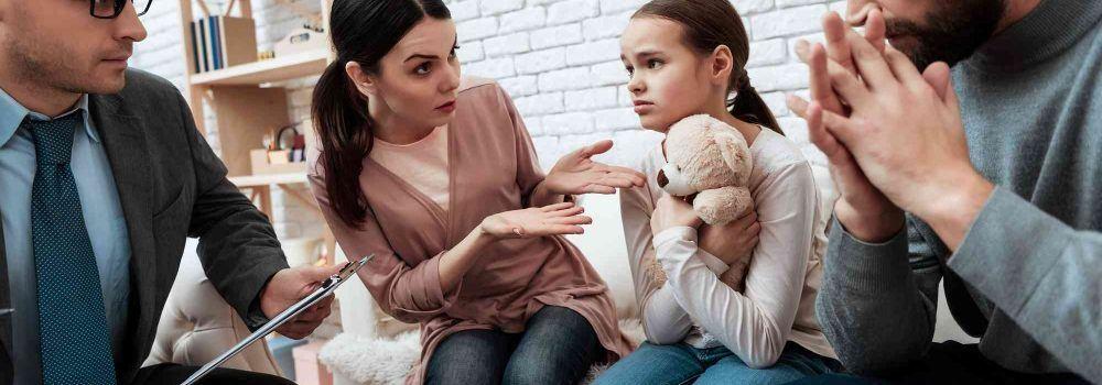 Familie sitzt zusammen und diskutieren