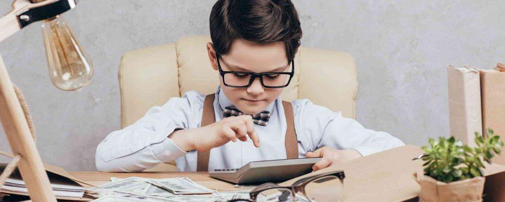 Bub rechnet sein Geld mit dem Taschenrechner