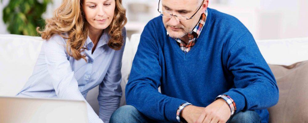 Ehepaar berät sich vor dem Laptop bezüglich Erbschein