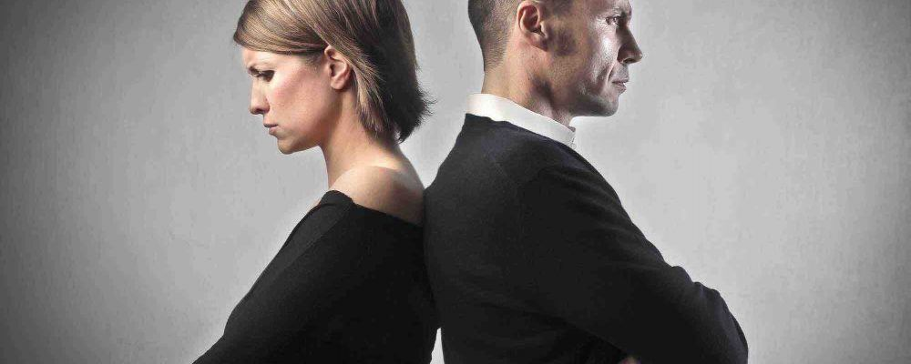 Frau und Mann Rücken an Rücken