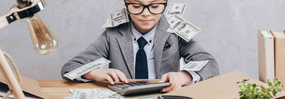 Mädchen berechnet das Geld