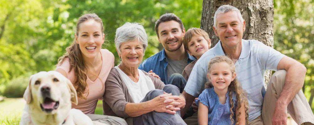 Familie mit Großeltern, Eltern, Enkelkinder, Kindern für die alle unterschiedliche Erbschaftssteuer Freibeträge gelten