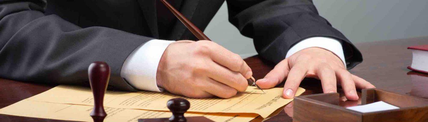 Mann verfasst ein Testament