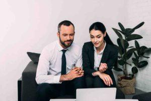 Mann und Frau freuen sich über ihren Erbschaftssteuer Freibetrag