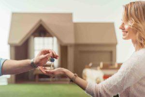 Frau erhält Schlüssel für Haus
