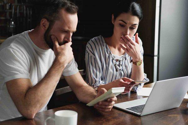 Ehepaar rechnet sich Steuern am Taschenrechner aus
