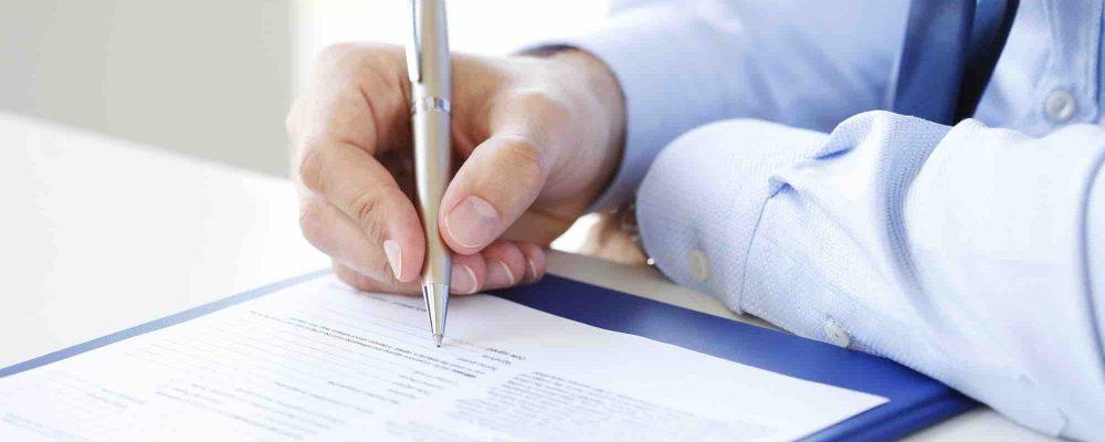 Mann unterzeichnet Erbvertrag
