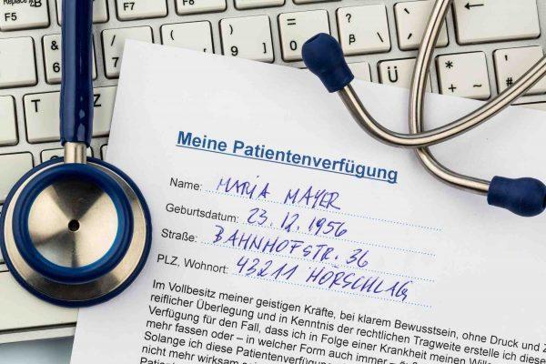 Patientenverfügung liegt auf Tastatur
