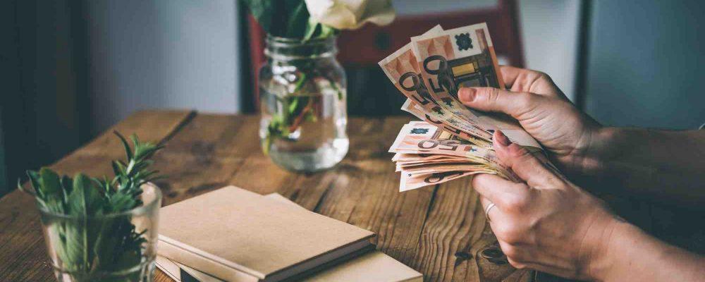 Person zählt Geld aus seinem Pflichtteilsanspruch