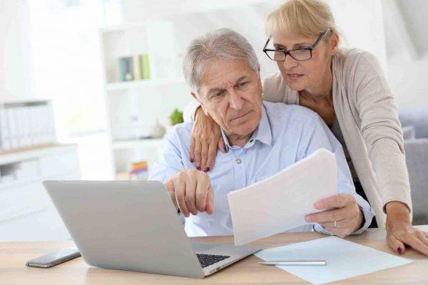 Ehepaar sucht am Laptop nach einem Rechtsanwalt für Erbrecht