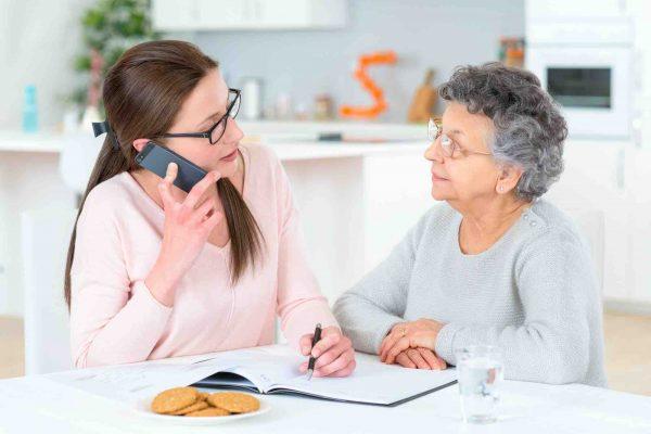 Tochter bespricht mit Grossmutter einen Vorsorgeauftrag